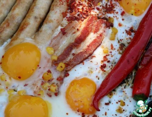Яичница с колбасками и беконом