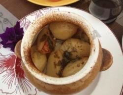 Рецепт Говядина с овощами и аджикой в горшочках с фото