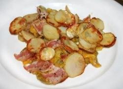 Рецепт Молодой картофель запечённый с овощами и беконом с фото