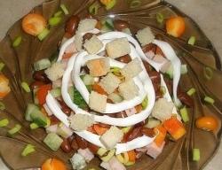Салат с сухариками и фасолью «Хрустик»