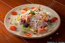 Рецепт Салат из кальмаров с грибами и ветчиной с фото