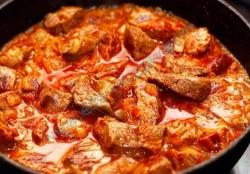 Кулинарный рецепт Гуляш с томатно-сливочным соусом с фото