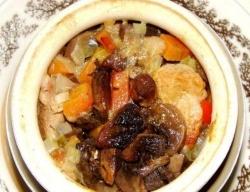 Жаркое в горшочках с грибами