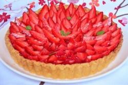 Тарт пирог с заварным кремом и клубникой свежей