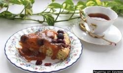 Вишневое пирожное с карамельной подливкой