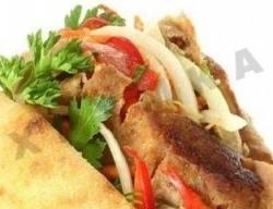 Рецепт Пита с бараниной, греческим салатом и соусом цацики с фото