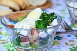 Рецепт Салат с брокколи и консервированным тунцом с фото