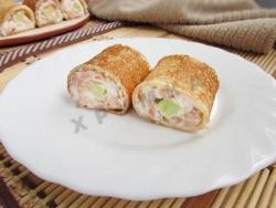 Рецепт Роллы из блинов с авокадо, красной рыбой и сливочным сыром с фото