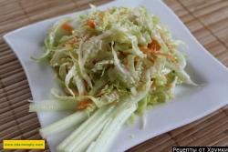 Салат из капусты с яблоками, морковью и кунжутом