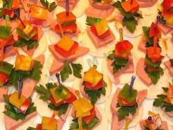 Рецепт Канапе с ветчиной сыром и помидорами с фото