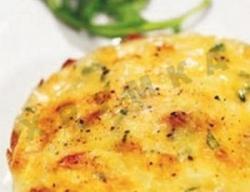 Кулинарный рецепт Поджаренное яйцо с беконом и сыром с фото