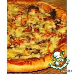 Острая пицца с грудинкой, грибами и перчиком