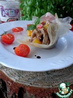 Свинина с соте из шампиньонов и овощей в хрустящей рисовой корзинке
