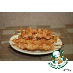 Маринованная курица с ананасом  на деревянных  шпажках