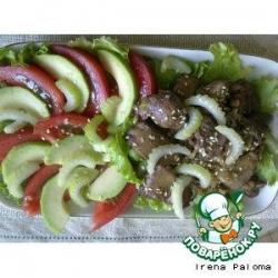 Теплый салат с куриной печенью и свежими овощами