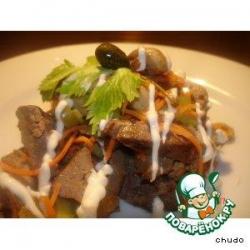 Салат из куриной печени с грибами и оливками