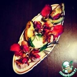 Инжир в жареном беконе с вареньем из лепестков роз и жареным авокадо