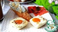 Яичница в корзиночках с лососем и багетом