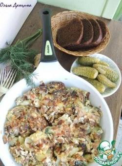 Грибы с картофелем и яйцами на сковороде