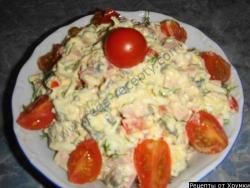 Салат с вареной колбасой  яйцами и грибами