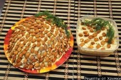 Салат Шишка с миндалем и копченой курицей