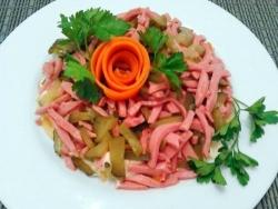 Салат Обжорка с колбасой