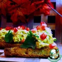 Куриный салат-карри на тостах