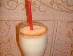 Домашний молочный коктейль с мороженым и бананом