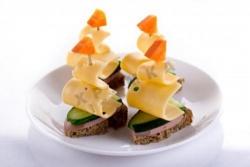 Кораблики канапе с сыром и колбасой на шпажках