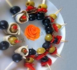 Канапе с оливками на шпажках