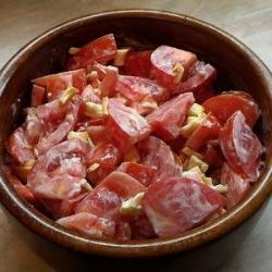 Салат из помидоров с сыром-косичкой