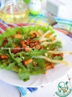 Зелёный салат с персиком и лисичками