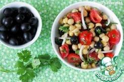 Салат из нута, черри и маслин