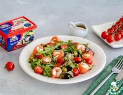 Зеленый салат с роллами из лосося и сыра