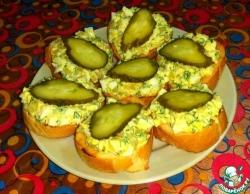 Закусочные бутерброды с луком и яйцом