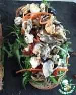 Сэндвич с мидиями, вялеными помидорами и рукколой