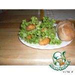 Куриные палочки в листьях салата