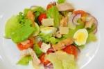 Салат с черри перепелиными яйцами и курицей