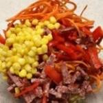 Салат Рыжик с копченой колбасой и кукурузой и морковью