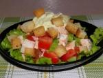 Салат с сухариками, помидорами