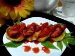 Сырники с клубникой и клубничным сиропом