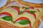 Быстрая и простая пицца из слоеного теста в духовке  рецепт с фото