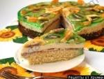 Бисквитный торт с желе, фруктами и сливочным кремом