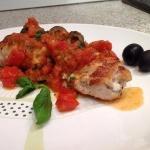 Фаршированная куриная грудка с томатным соусом